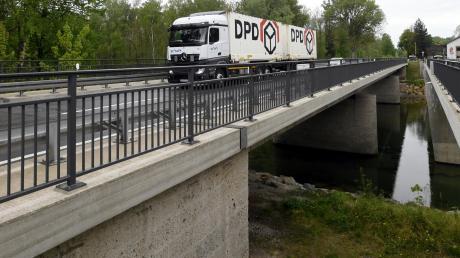 Auf der Thierhauptener Seite ist die Brücke über den Lech beweglich gelagert. Nach rund 55 Jahren Einsatzzeit ist das Material der Walzen verschlissen.