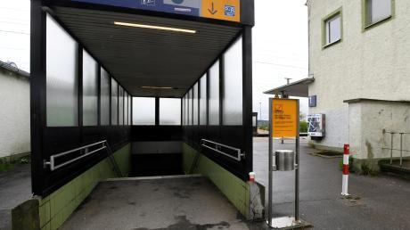 Bislang müssen Fahrgäste am Bahnhof in Meitingen Treppen steigen, wenn sie zum Bahnsteig wollen. Nach dem Ausbau sollen sie von beiden Seiten der Strecke barrierefrei den Zug erreichen können.