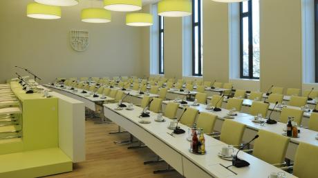 Zur ersten Sitzung des neuen Kreistags muss dieser Saal leer bleiben. Wegen des Coronavirus weichen die Kreisräte nach Neusäß aus