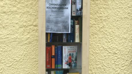 Der frei zugängliche Bücherschrank steht im Hof der alten Schule in Biburg.