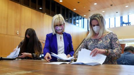 Staatsministerin Trautner (Mitte) half beim Auszählen der Stimmen im Bürgersaal Stadtbergen