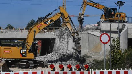 Binnen einer Nacht haben Bagger Teile der alten Bahnbrücke an der Hirblinger Straße in Gersthofen abgerissen.
