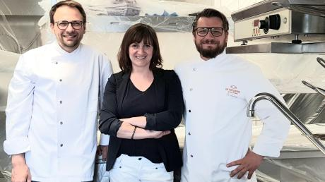 Derzeit wird die Küche des Hopfengartens modernisiert. Auf die Eröffnung freuen sich (von links): Küchenchef Markus Dinter mit Bianca und Torsten Ludwig.