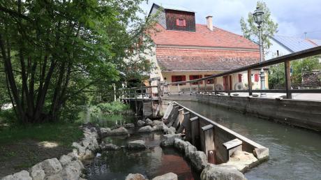 Am Ufer der Friedberger Ach liegt in Thierhaupten idyllisch das Klostermühlenmuseum.