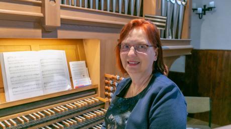 Kirchenmusikerin aus vollem Herzen Beim ersten Gottesdienst der Bekenntniskirche Gersthofen bekam die Kirchenmusikerin Elisabeth Kaiser von Stadtdekan Michael Thoma den Ehrentitel Kirchenmusikdirektorin verliehen.