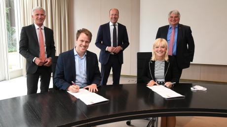 Unterzeichnung des Koalitionsvertrags mit mit (von links): Lorenz Müller, Fabian Wamser, Martin Sailer, Carolina Trautner und Harald Güller.