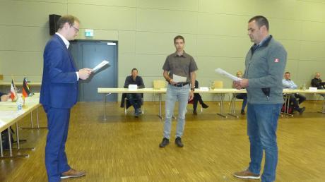 Der neue Bürgermeister Tobias Kunz nimmt seinen Stellvertretern Matthias Füller (2. Bürgermeister, Mitte) und Rainer Behringer (3. Bürgermeister, rechts) den Eid ab.