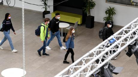 Schulunterricht in Coronazeiten: Mit viel Abstand, Einbahnsystem und Mundschutz wie hier im Beruflichen Schulzentrum in Neusäß.