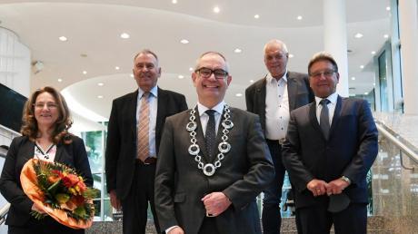 Bürgermeister Michael Wörle (Mitte) nach der Wahl und Vereidigung seiner Stellvertreter (von links) Sigrid Steiner, Karl-Heinz Wagner, Peter Schönfelder und Reinhold Dempf. Beim Bündnis ist die CSU außen vor.