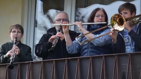 Seit Beginn der Corona-Krise musizieren Korbinian, Walter, Sandra und Benedikt Hochmuth jeden Sonntag in der Zellerstraße in Gersthofen von ihrem Balkon aus. Zuletzt haben sich dazu immer viele Zuschauer eingefunden. Ab Montag darf die musikalische Familie wieder in den normalen Probenbetrieb einsteigen.