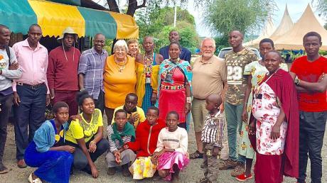 Herbert Baumann (fünfter von rechts) aus Meitingen besuchte in Masimba auch eine Massai-Großfamilie mit geförderten Schülern.