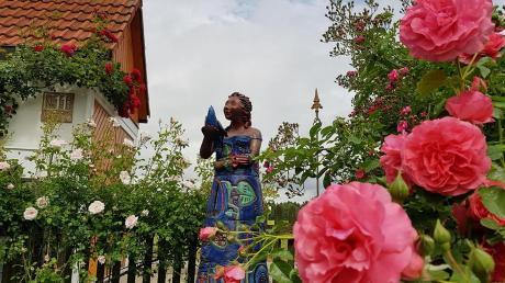 In diesem kleinen Paradies präsentiert die Künstlerin Brigitte Winter ihre neuen Skulpturen, Unikate, teils beinahe lebensgroß, die in Farbe und Form mit der umgebenden Natur harmonieren.