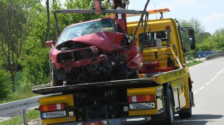 Erheblich beschädigt wurde dieses Auto bei einem Frontalzusammenstoß in der Nähe von Biberbach.