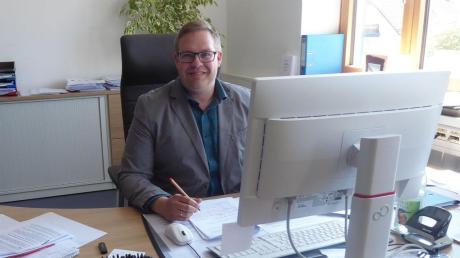 Weldens neuer Bürgermeister Stefan Scheider hat auf dem gleichen Stuhl Platz genommen, auf dem Peter Bergmeir saß.