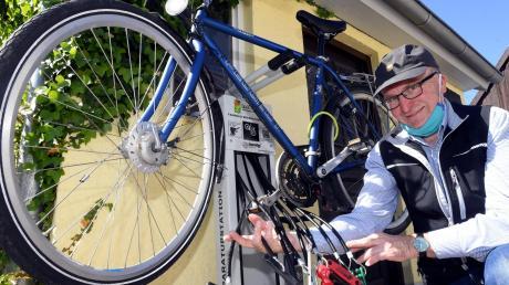 in Diedorf an der Station können Fahrradfahrer kleinere Reparaturen selbst erledigen. Das benötigte Werkzeug ist an Seilen befestigt.