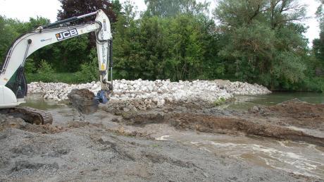 Die Schmutter wird bei Kühlenthal in eine neue Schleife umgeleitet. Ein Bagger macht den Zufluss vom bisherigen Flussbett aus frei.