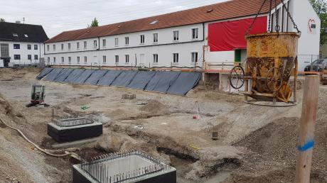 Die Vorarbeiten für den ersten Bauabschnitt der neuen Geschäftsstelle liegen im Zeitplan. Derzeit wird die Sauberkeitsschicht betoniert.