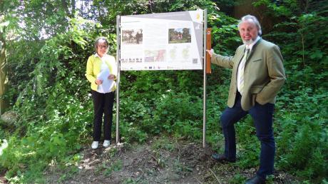 Eine Informationstafel zu Hohlwegen steht nun in Hainhofen. Kreisheimatpflegerin Gisela Mahnkopf und Markus Hilpert von der Uni Augsburg freuen sich über das gelungene Projekt.