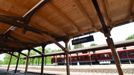 Die Holzbedachung am Westheimer Bahnhof soll abgerissen werden. Die Mitglieder des Planungs- und Umweltausschusses in Neusäß sind enttäuscht – nicht nur deswegen.