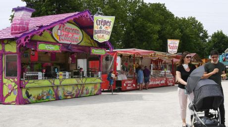 """Zumindest das kulinarische Angebot lockt etliche Besucher auf das Stadtberger """"Stadtfest to go"""". Noch bis Samstagabend laden die Buden bei der Sportplatzwiese an der Panzerstraße zu Speis und Trank ein."""