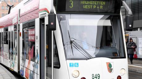 Eine 16-Jährige ist in einer Straßenbahn in Augsburg von einem bisher Unbekannten belästigt worden.