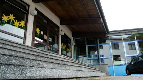 Die Grundschule Biberbach wird saniert: 165 defekte Fenster sind zu ersetzen und es müssen Fluchttreppen angebaut werden.