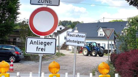 Die Kreuzung Zusamzeller Straße/St.-Georg-Straße ist Gegenstand eines Beweissicherungsverfahrens und kann daher vorerst noch nicht asphaltiert werden.
