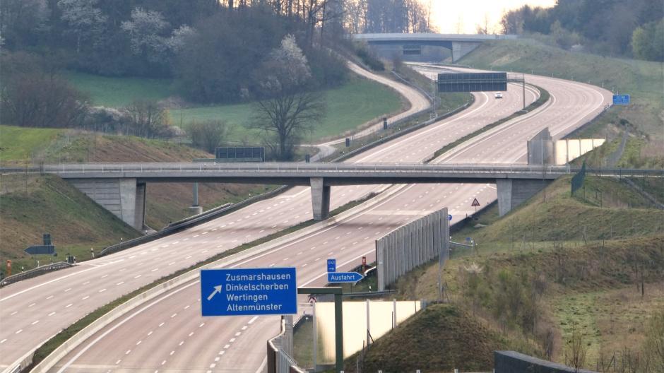 Ein ungewöhnliches Bild hat unser Leser Herbert Kailich während der Corona-Ausgangsbeschränkung an einem Wochenende aufgenommen. Es zeigt die leere Autobahn A8 bei Zusmarshausen.