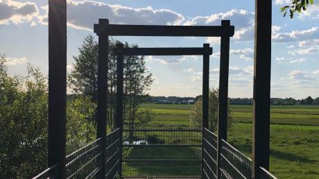 Von der Aussichtsplattform hat man einen guten Blick über die weitläufige Anlage der Auerochsen.