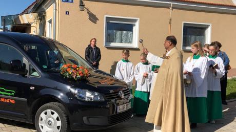 Im Oktober 2019 segnete Pfarrer Norman D'Souza, der Leiter der Pfarreiengemeinschaft Nordendorf-Westendorf, das behindertengerechte Fahrzeug des Vereins für die ambulante Krankenpflege Holzen und Umgebung.