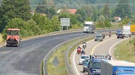 Die Bundesstraße 2 hat nördlich von Biberbach im vergangenen Jahr Flüsterasphalt bekommen.
