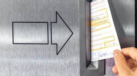Ein Betrüger hatte mit einer gefälschten Unterschrift auf einem Überweisungsformular fast 12.000 Euro auf ein französisches Konto gebucht.