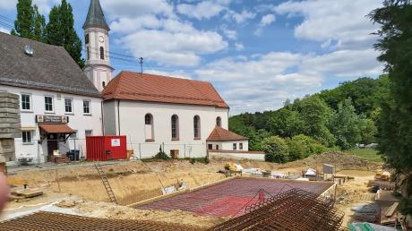 In Lauterbrunn wurde die Baugrube für das neue Bürgerhaus erstellt. Erhebliche Mengen an Bauschutt, die entsorgt werden mussten, sorgen für Mehrkosten des Dorferneuerungsprojekts.