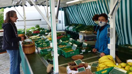 Ein letztes Mal holten sich am Diedorfer Wochenmarkt die Kunden von Angelika Hoffmann (rechts) Obst und Gemüse. Die Händlerin hört in Diedorf auf, aber bereits am Freitag gibt es einen neuen Obst- und Gemüsestand.
