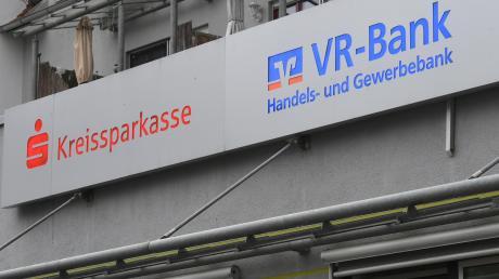 So wie hier in Biberbach teilten sich Sparkasse und VR Bank ein Gebäude. Jetzt wird auch hier die Geschäftsstelle geschlossen.