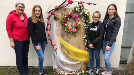 """Unter der Regie von Elisabeth Wagner-Engert vom Pfarrgemeinderat Ellgau erstellten Emma, Marlene und Lisa (von links) diesen """"stillen"""" Altar."""
