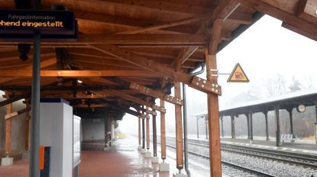 Das Dach am Westheimer Bahnhof ist erst kürzlich saniert worden und in seiner markanten Optik fast schon ortsprägend.