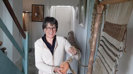 Gisela Mahnkopf vor einem antiken Webstuhl in der Mühle des Arbeitskreises für Vor- und Frühgeschichte.