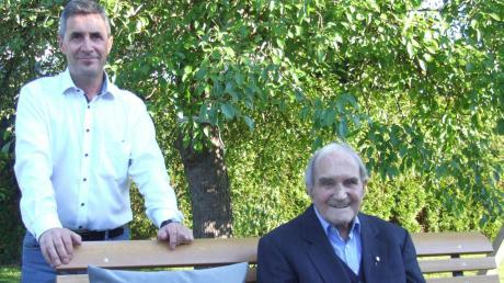 Alfons Kastner (rechts) feierte in Mödishofen seinen 90. Geburtstag. Unter den Gratulanten war auch Bürgermeister Willi Reiter. Er brachte als Geschenk der Gemeinde eine Gartenbank mit.
