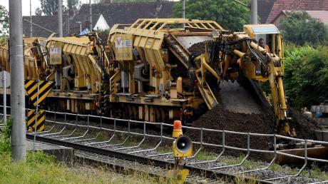 Derzeit wird das Richtungsgleis zwischen Westheim und Gessertshausen erneuert – rund um die Uhr. Unser Bild zeigt Arbeiten am Bahnhof Diedorf.