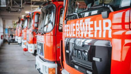 Rund 100 Einsatzkräfte der Freiwilligen Feuerwehren rückten aus, um ein Übergreifen der Flammen auf die bewohnten Gebäude zu verhindern.
