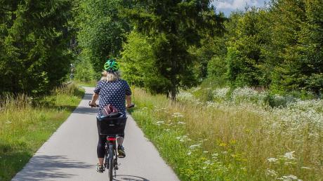 Die Minigolf-Tour führt durch schöne Natur, wie hier auf dem Weldenbahnradweg bei Neusäß.