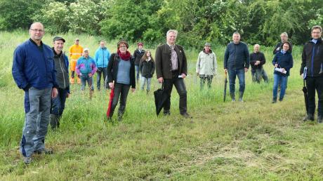 Über die Pflege von Öko-Wiesen informierten sich Vertreter der Teilnehmergemeinschaft Flurneuordnung und des Landschaftspflegeverbandes mit Manfred Pfeiffer (rechts) und Bürgermeister Anton Brugger (Mitte) am Badersteg.