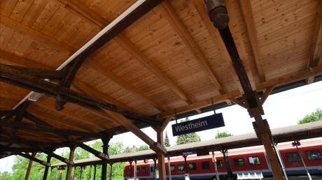 Im Rahmen der Umbaupläne der Bahn sollen die Bahnsteigdächer am Westheimer Bahnhof größtenteils zurückgebaut werden.