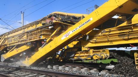 Einiges zu tun hat die Bahn derzeit zwischen Westheim und Gessertshausen. Dort werden die Gleise erneuert. Im Einsatz in ein spektakulärer Maschinenzug.