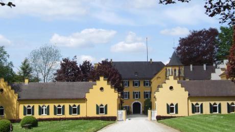 Das Schloss Seyfriedsberg von Osten aus betrachtet. Bevor sich dieser Blick auftut, spaziert der Betrachter durch einen forstbotanischen Park mit zahlreichen exotischen Bäumen und Sträuchern.