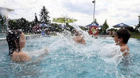 Exklusiver Badespaß für Nika, Stefan und Ilja: Gerade mal 30 Kinder dürfen den Außenbereich des Stadtberger Gartenhallenbades nutzen.