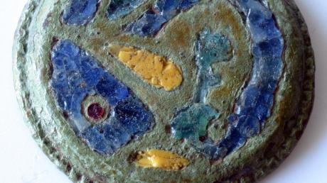 Diese mittelalterliche Scheibenfibel wurde im Jahr 2003 an der B2 bei Langweid bei Bauarbeiten gefunden. Sie stammt aus dem Mittelalter. Abgebildet ist ein Vogel. Aber was für einer?