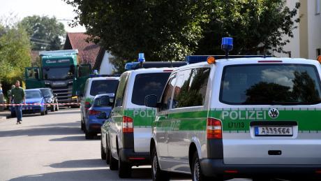 Großeinsatz der Polizei in einem Wohngebiet im August 2019: Der Pfeilschütze von Nordendorf verletzte damals zwei Männer grundlos auf offener Straße und steht nun in Augsburg vor Gericht.