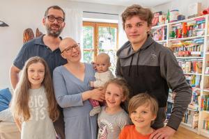Anika Schwarz mit ihrem Mann Fabian und den Kindern (von links) Nora, Frieda, Pia, Gabriel und Henry.